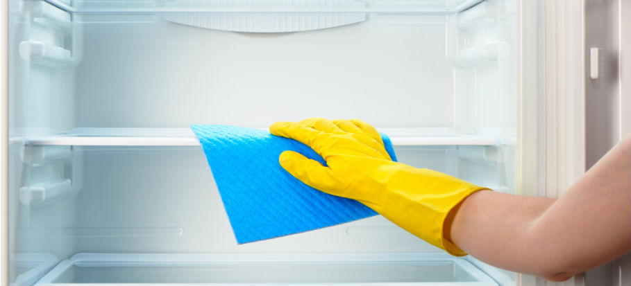 Cleaning a dirty fridge using soda bicarbonate and vinegar